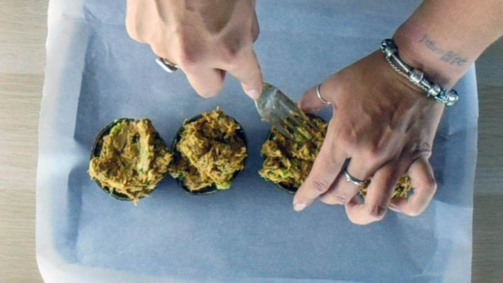 Add the tuna avocado mix back into the avocado skin.