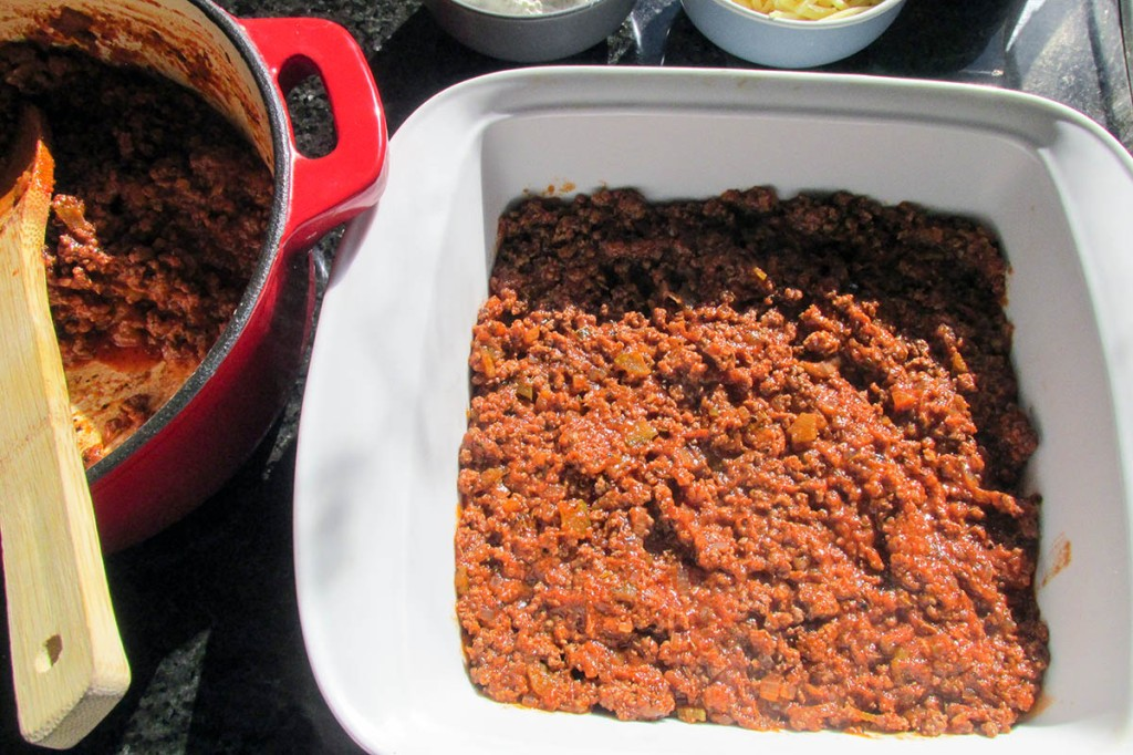 Create a layer in the baking dish.