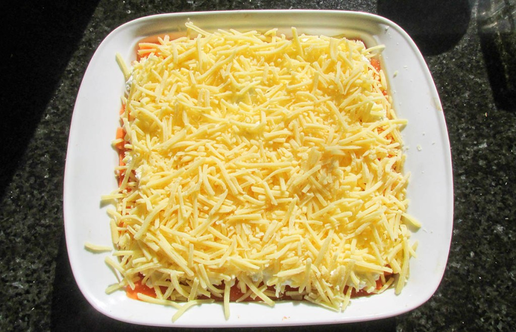 Repeat the layers with meat, carrot ribbons, cottage cheese and grated cheese.